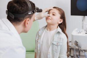Ιατρός εξετάζει τα κρεατάκια κοριτσιού - ΩΡΛ Δρ Βιτάλ
