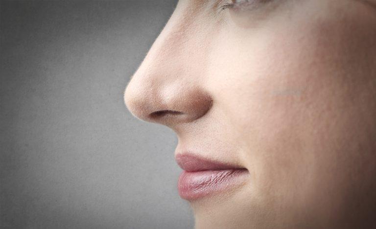 Κοντινό γυναικείου προσώπου - Ρινολογικές Παθήσεις