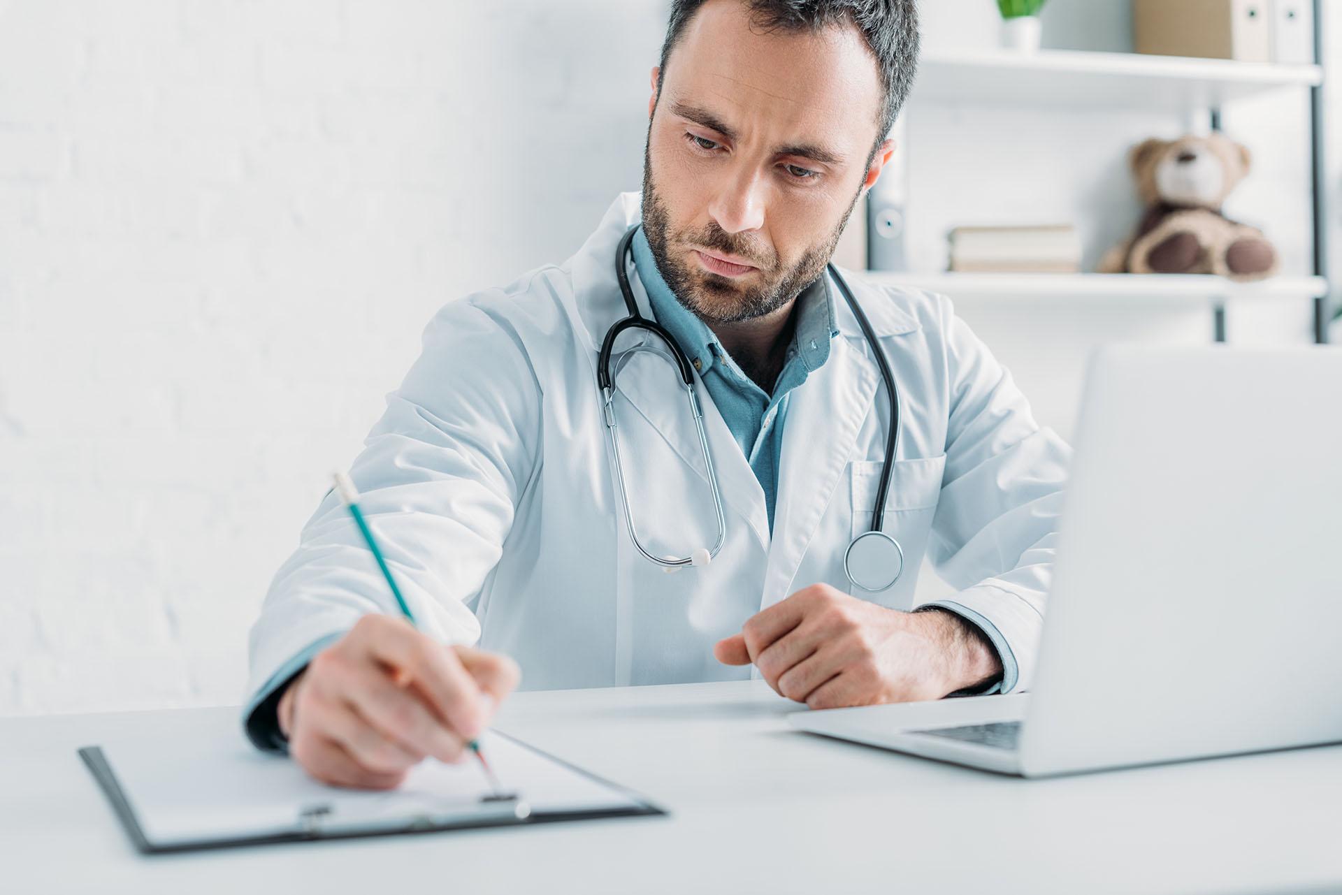 Ιατρός στο ιατρείο του Δρ Ιωσήφ Βιτάλ